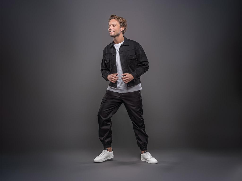 Bas Smit op Rehab sneakers